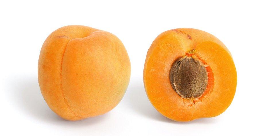 Frutti di albicoccha mature con il seme